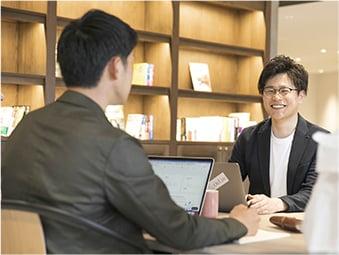 スタッフと中途採用者が談笑しているイメージ写真