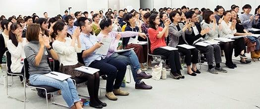 複数人が集まって授業を聞いている写真